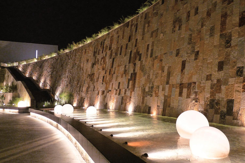 Noleggio arredi luminosi sfere da acqua globo for Noleggio arredi bologna
