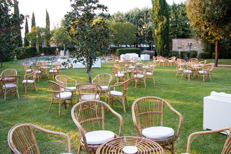 Noleggio Salotti, Set da giardino in vimini con 4 poltrone e un tavolo